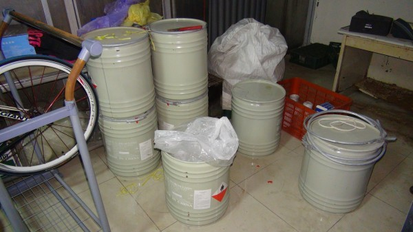 蔡姓業者使用加有食品級漂白劑,將豆芽菜泡在漂白水,讓賣相更佳。(記者李忠憲翻攝)