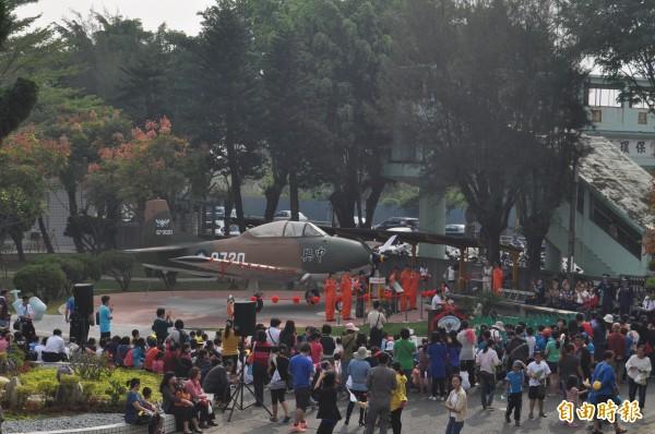 全台唯二中興號教練機,今天進駐岡山空軍搖籃兆湘國小校園。(記者蘇福男攝)
