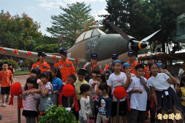 學童爭相與飛行員、中興號教練機合影。(記者蘇福男攝)