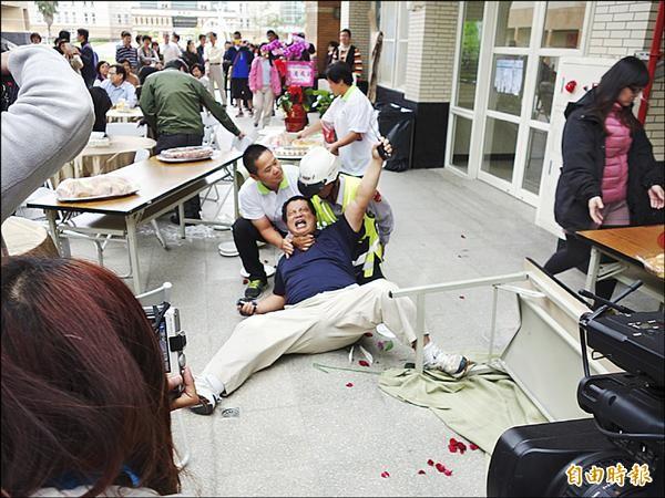 王姓女教授丈夫到場聲援,被校警壓制在地上動彈不得。(記者花孟璟攝)