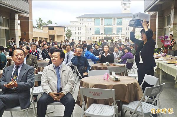 王姓女教授抗議黑箱治校。(記者花孟璟攝)