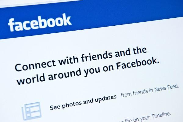 隨著使用者開始對臉書上的廣告文厭煩,臉書宣布明年1月起,會積極控管,減少此類文章數量。(法新社)
