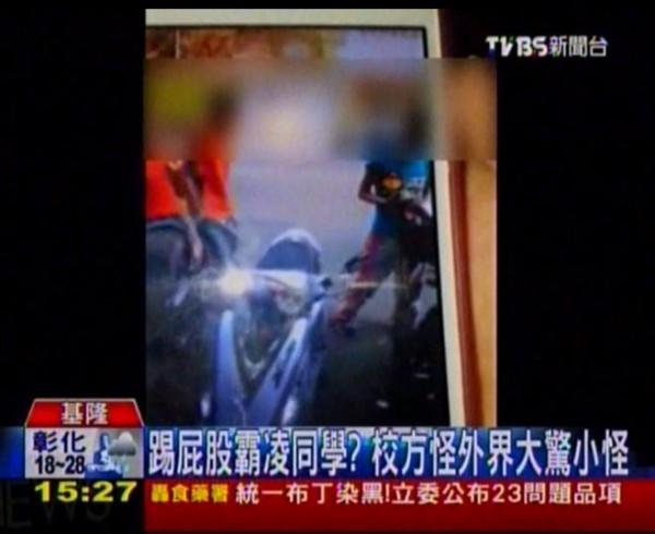 基隆某私立高職傳出學生被霸菱的事件,媒體到校訪問時,主任竟怒吼還摔書,稱學生只是在玩,是媒體大驚小怪。(圖擷取自TVBS新聞)