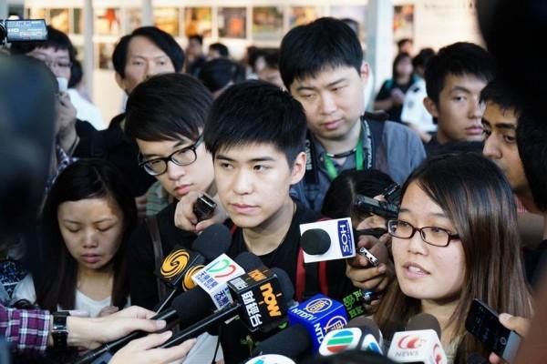 學聯三人被航空公司指回鄉證失效,拒絕他們上機。(圖擷自《謎米香港 memehk.com》臉書專頁)