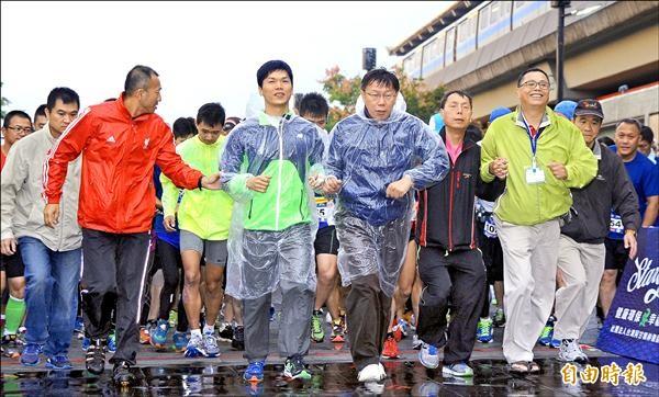 無黨籍台北市長候選人柯文哲(前排左三)昨參加慈善路跑,領著視障者林信廷(前排左二)起跑。(記者劉信德攝)