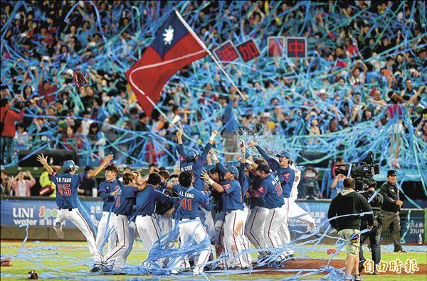 21U世界盃棒球賽,台灣隊昨天以9:0大勝日本隊拿下冠軍,把第一屆的金盃留在台灣,球迷興奮地拋下彩帶慶祝,球員衝進場內盡情歡呼。(記者林正堃攝)