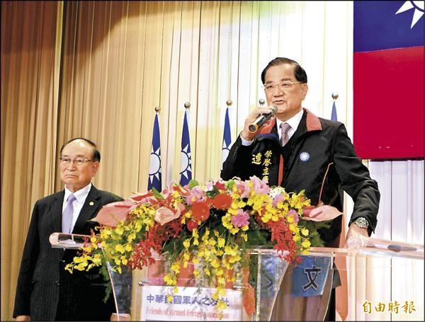 國民黨榮譽主席連戰(右)昨為其子、台北市長候選人連勝文助選時,痛批無黨籍北市長候選人柯文哲是「渾蛋」、「日本官二代」。(記者盧姮倩攝)