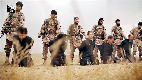十六日公布的影片中,還包括敘利亞士兵遭斬首畫面。(法新社)