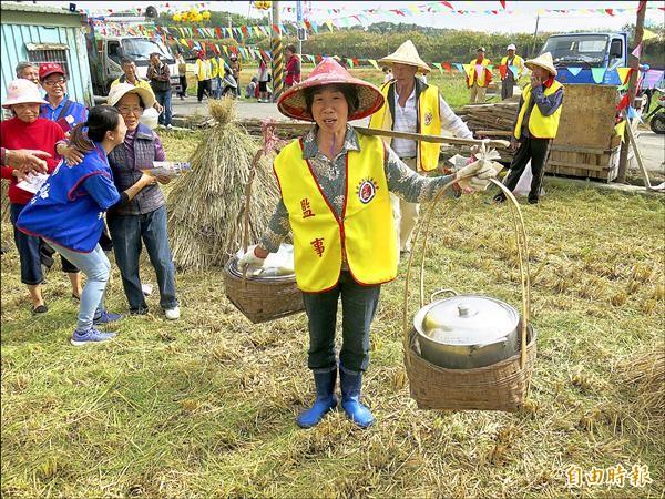 當近午時分收割告一段落,農婦們便用扁擔挑著大桶的客家湯圓,慰勞大伙農忙。(記者鄭鴻達攝)