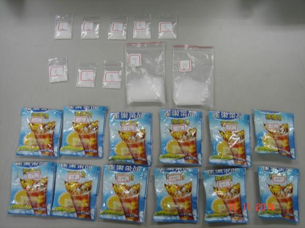 警方在紙袋內起出裝有毒品的雀巢檸檬茶包及分裝的安毒。(記者許國楨翻攝)