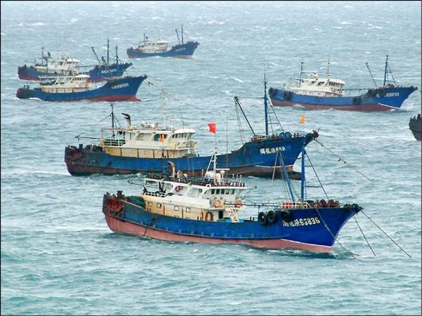 中國漁船昨越界集結澎湖東吉島,並懸掛中國五星旗。(翻攝自臉書)
