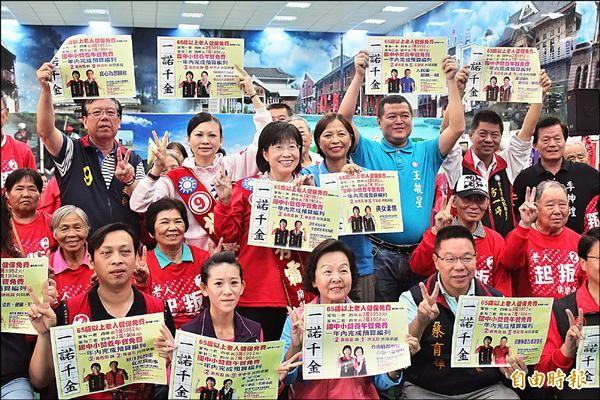 黃秀霜與多位黨內提名市議員候選人,為其政見共同簽署背書。(記者林孟婷攝)