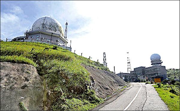 圖為設於香港大帽山山頂、被懷疑用來監聽香港通訊的監聽站。 (取自網路)