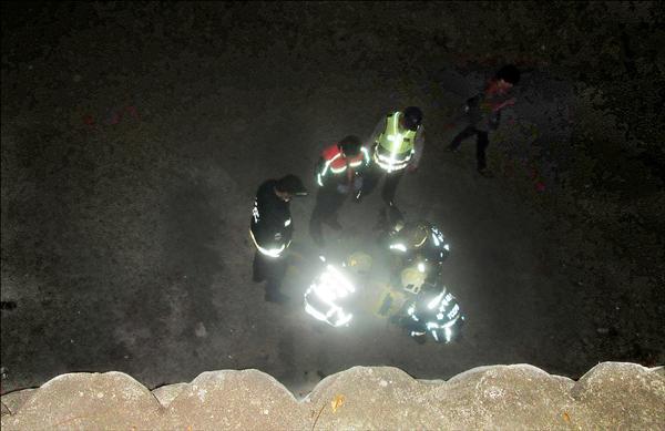 警方據報通知消防救難人員前往溪畔救援。(記者許國楨翻攝)