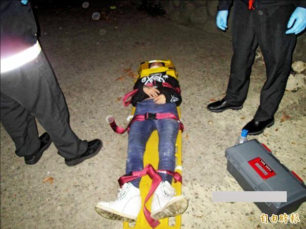 消防救難人員以吊掛方式將黃女救起,經送醫急救所幸無生命危險。(記者許國楨攝)