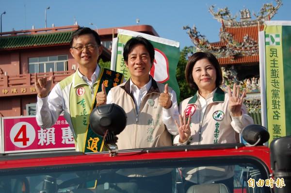 賴清德(中)和南市第二選區民進黨籍市議員候選人李退之(左)、賴惠員(右)今天下午在新營3區車隊掃街造勢拜票。(記者楊金城攝)