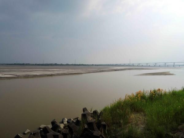 高屏溪本月流量創下15年來同月最低紀錄,圖為溪岸現況。(記者黃旭磊攝)
