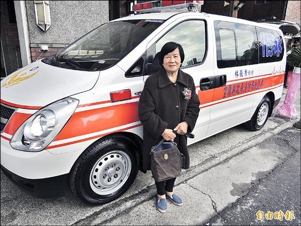 林張秀阿嬤昨天捐一輛救護車給蘇澳消防分隊,完成心願。(記者楊宜敏攝)