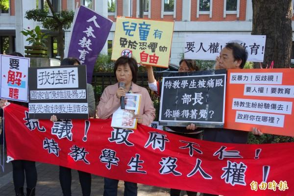 人本教育基金會控訴台南啟智學校,多年來容忍學校老師的體罰、施暴事件,從高職到幼兒園都有孩子被毆打,在教育部門口,抗議政府漠視特教生人權及生命。(記者吳柏軒攝)