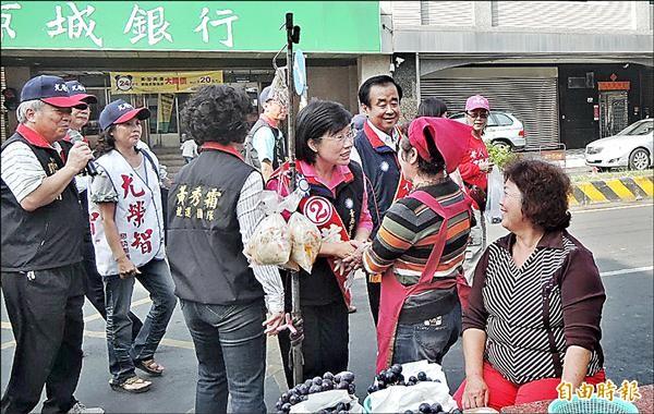 黃秀霜(中)與曾文區市議員候選人尤榮智(右三),昨天上午到六甲區傳統市場拜票。(記者劉婉君攝)