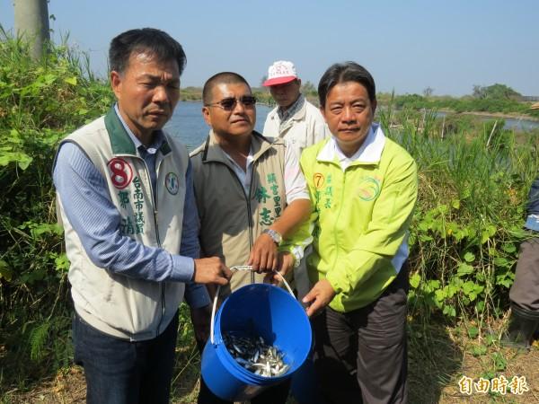 南市副議長郭信良(右)及市議員郭清華(左)聲援漁民,批官逼民反。(記者蔡文居攝)