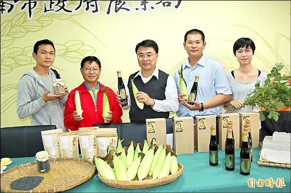 新農人劉育承(右二)種植黑豆等雜糧,吸引找尋烘焙食材的北部年輕人(右一、左一)移居台南,並且跟著見習農務。(記者王涵平攝)