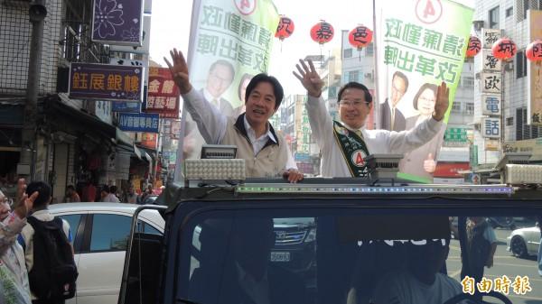 賴清德(左)陪同涂醒哲(右)進行車隊掃街拜票。(記者丁偉杰攝)