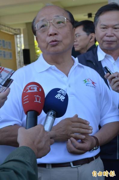 林佳龍陣營批評國民黨發放的「大家來抓龍」漫畫抹黑,胡志強表示「看也沒看過」撇清關係。(記者陳建志攝)