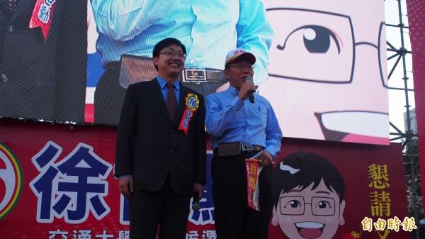 柯文哲(右)今下午出席無黨籍北市議員候選人徐世勳的造勢活動。(記者蔡亞樺攝)