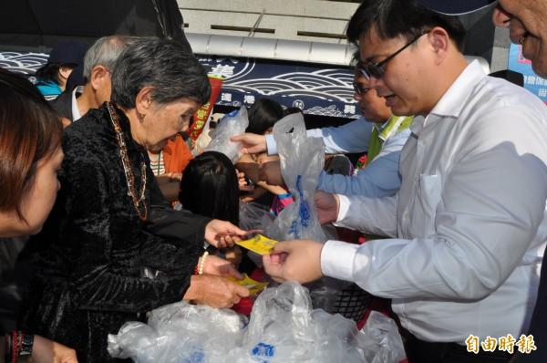 高市海洋局長賴瑞隆特賣魚貨水產,吸引大批民眾搶購撿便宜。(記者蘇福男攝)