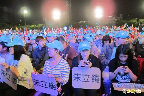 國民黨新北市長候選人朱立倫晚間在三重綜合體育場舉行造勢晚會,活動開始前,支持者已經坐滿七、八成座位。(記者何玉華攝)