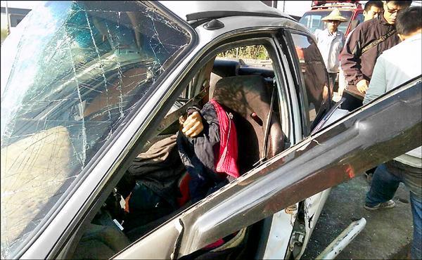 黃男昏迷受困車內,救援人員搶時間救人,仍回天乏術。(記者楊金城翻攝)