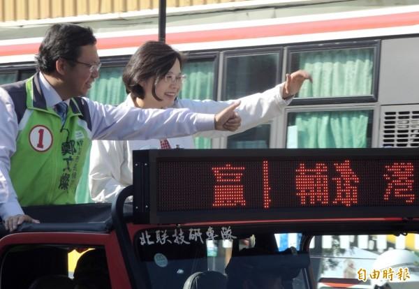 蔡英文陪同鄭文燦站在吉普車掃街,沿途比出1號手勢催票訴求桃園一定贏。(記者李容萍攝)