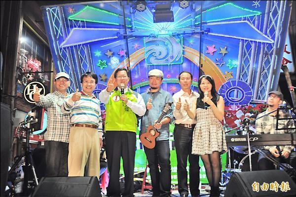 鄭文燦(左三)搶攻桃南選票,他昨天參加在中壢中平商圈舉辦的城市音樂會,強調如果他當市長,會扶持在地的文化團體。(記者李容萍攝)