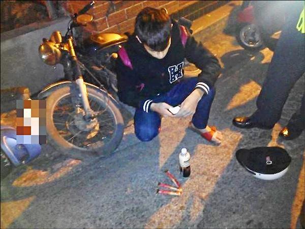 張男闖紅燈被員警攔下,查獲大量毒品。(記者謝君臨翻攝)