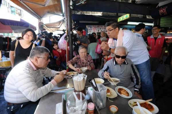 國民黨台北市長候選人連勝文上午前往三水街市場拜票。(記者劉信德攝)