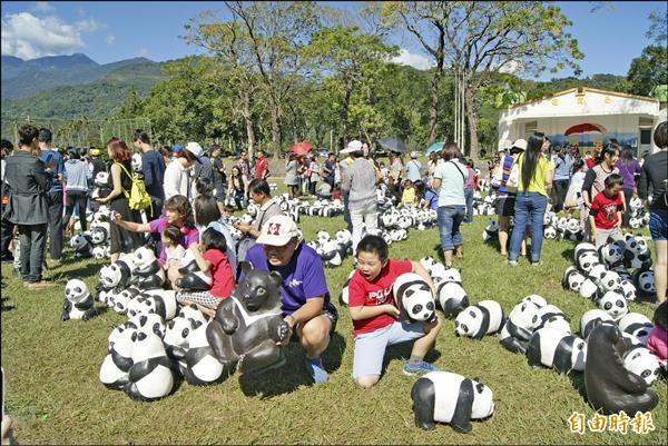 紙貓熊到台東龍田國小引來人潮,許多親子到校園裡朝聖拍照。(記者王秀亭攝)
