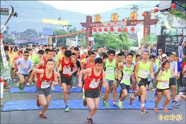 埔里鎮奉天宮三山國王廟昨天舉辦路跑活動,吸引一千多位民眾共襄盛舉。(記者佟振國攝)