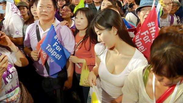 網友搜出柯文哲遊行活動中的爆乳正妹。(圖取自徐家康臉書)
