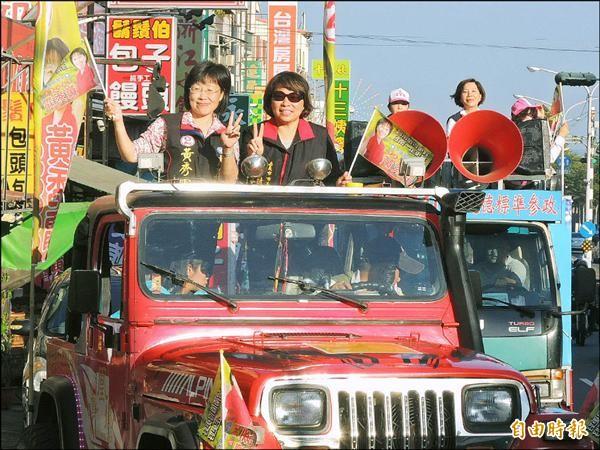 國民黨副主席、嘉義市長黃敏惠(前右)站台相挺,陪同市長候選人黃秀霜(左)車隊掃街拜票。(記者林孟婷攝)