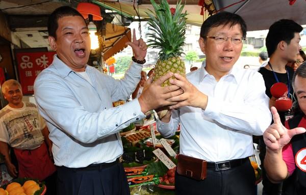 針對竊聽案,台北市長柯文哲(右)將公開與業者通聯紀錄。(記者張嘉明攝)