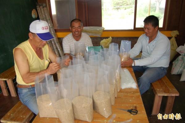 西拉雅族吉貝耍部落推出自有品牌「澤蘭米」,一期作熱銷,二期作族人忙包裝,已有不少人洽購。(記者王涵平攝)