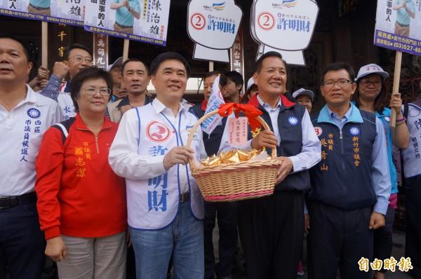 台北市長郝龍斌陪同力拚連任的市長許明財掃街拜票,呼籲選民讓許明財連任成功。(記者洪美秀攝)