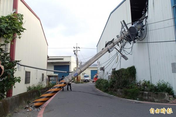 電桿斷裂砸向路旁工廠(記者余衡攝)
