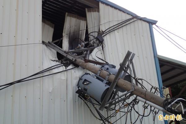 電桿砸入工廠2樓,略有燒焦情形(記者余衡攝)