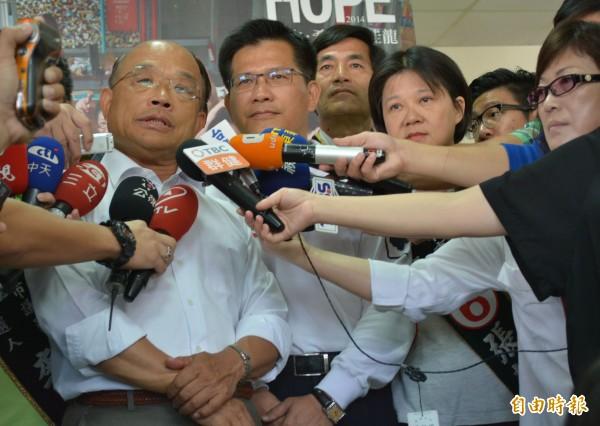 民進黨前主席蘇貞昌(左一)今天陪同林佳龍(左二)在大里、霧峰掃街,批評胡志強平時沒有好政績,到選前才頻頻趕工、剪綵。(記者陳建志攝)