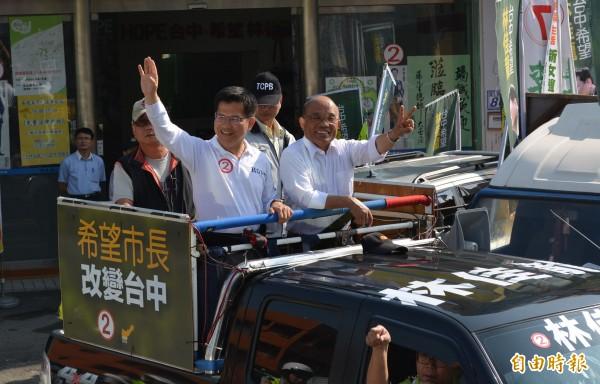 民進黨前主席蘇貞昌(右)今天陪同林佳龍(左)在大里、霧峰進行車隊掃街,希望最後衝刺催出選票。(記者陳建志攝)