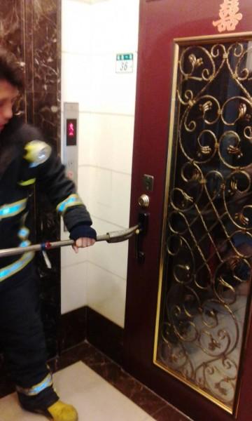 社后消防分隊展開破門行動。(記者吳政峰翻攝)