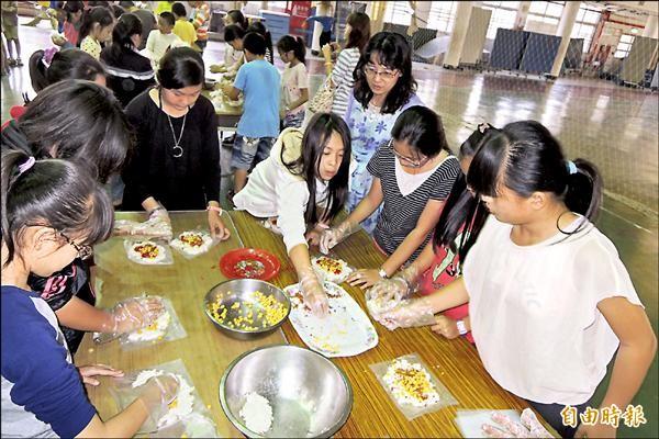 下營區東興國小的學童,用自己所栽種、收成的米,做成米香四溢的飯糰,並將大部分收成捐給弱勢家庭,體驗米食教育外,也學習關懷弱勢。(記者劉婉君攝)