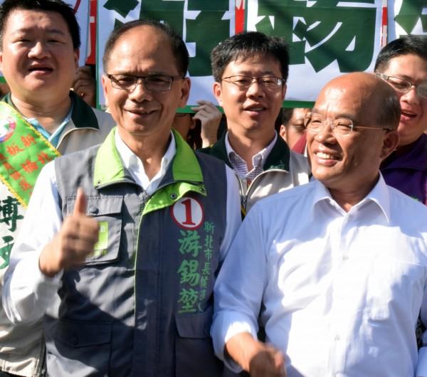 民進黨新北市長候選人游錫堃(前排左)與前主席蘇貞昌(前排右)合體掃街,衝刺選情。(記者陳韋宗攝)